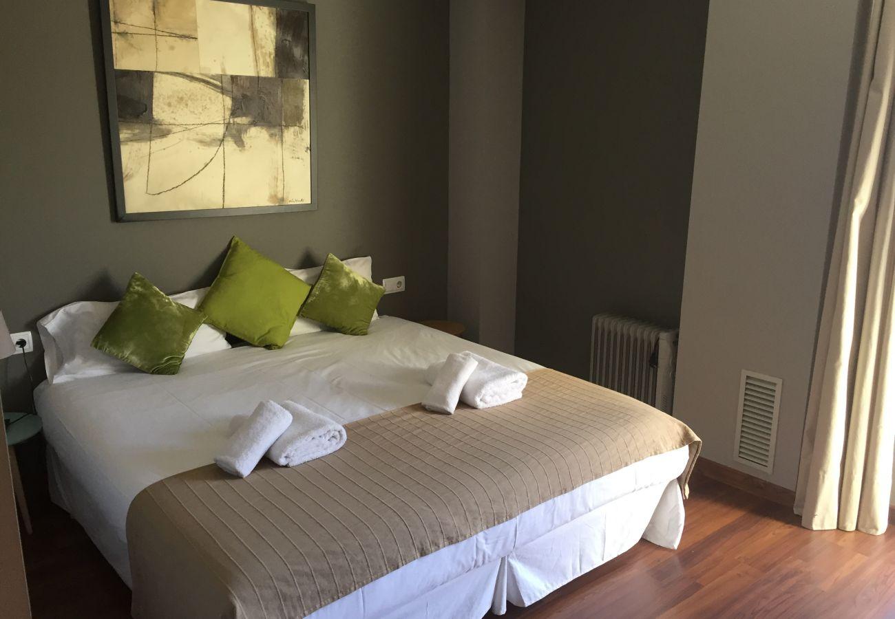 Ferienwohnung in Hospitalet de Llobregat - LA FIRA, piso moderno, luminoso, tranquilo de 4 dormitorios en alquiler por días cerca La Fira, Hopitalet, Barcelona.