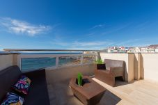 Ferienhaus in Las Palmas de Gran Canaria - Awesome 3 bedrooms front line with terrace