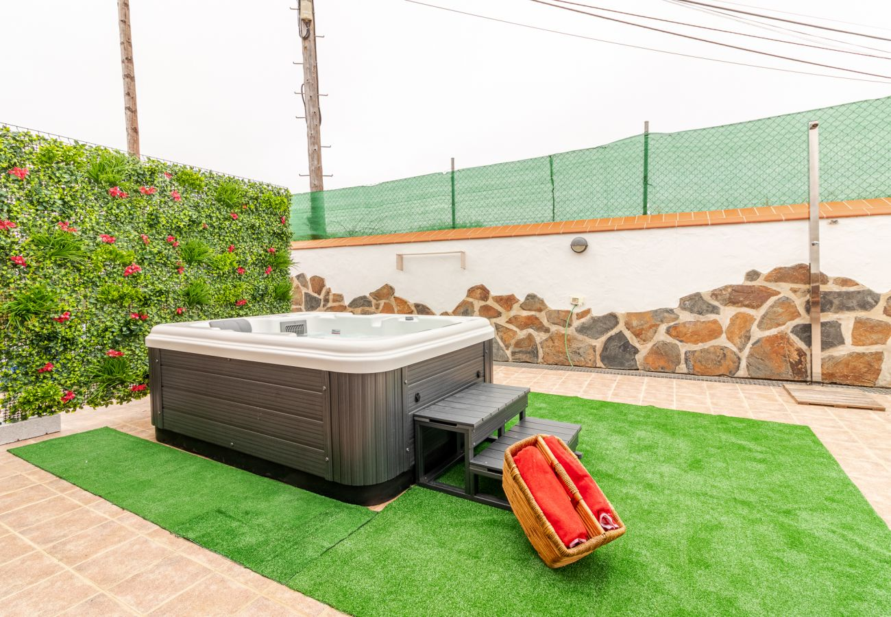 Casa rurale a Moya - Mari House With Jacuzzi and BBQ by CanariasGetaway